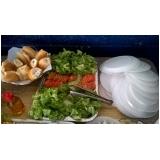 churrasco em domicílio com prato de saladas